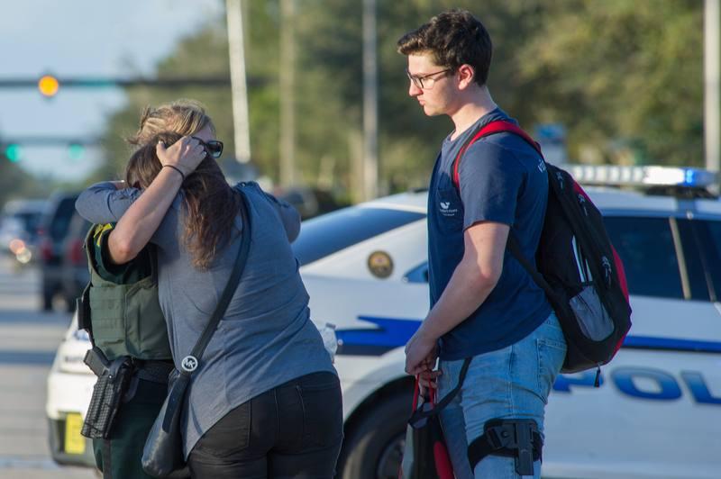 Un exalumno mata a 17 personas en un tiroteo en un instituto de Florida