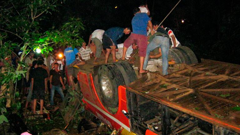 Al menos 34 muertos en Vietnam al caer un autobús por un puente