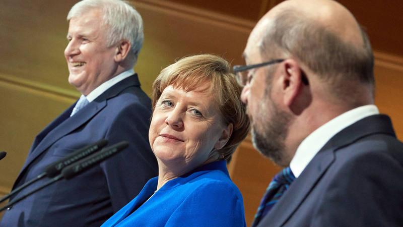 Merkel sonríe al líder socialdemócrata, Martin Schulz, al anunciar el principio de acuerdo para una nueva gran coalición