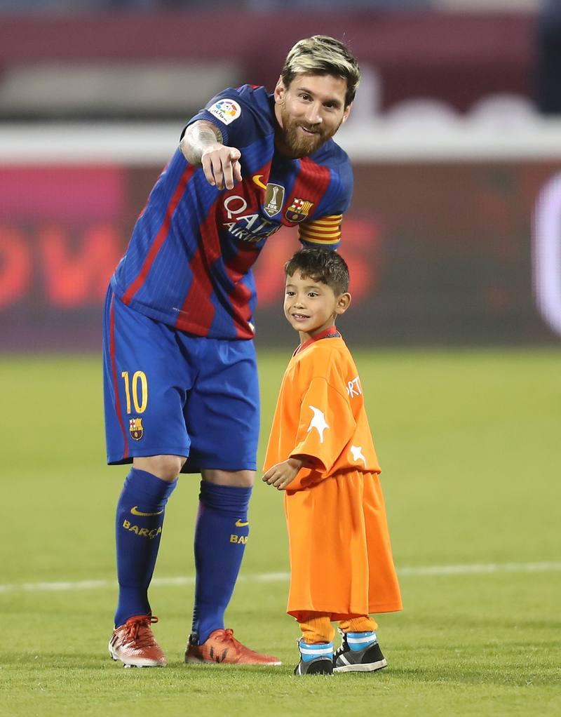 747628c551 Messi con el niño de la camiseta de plástico ...