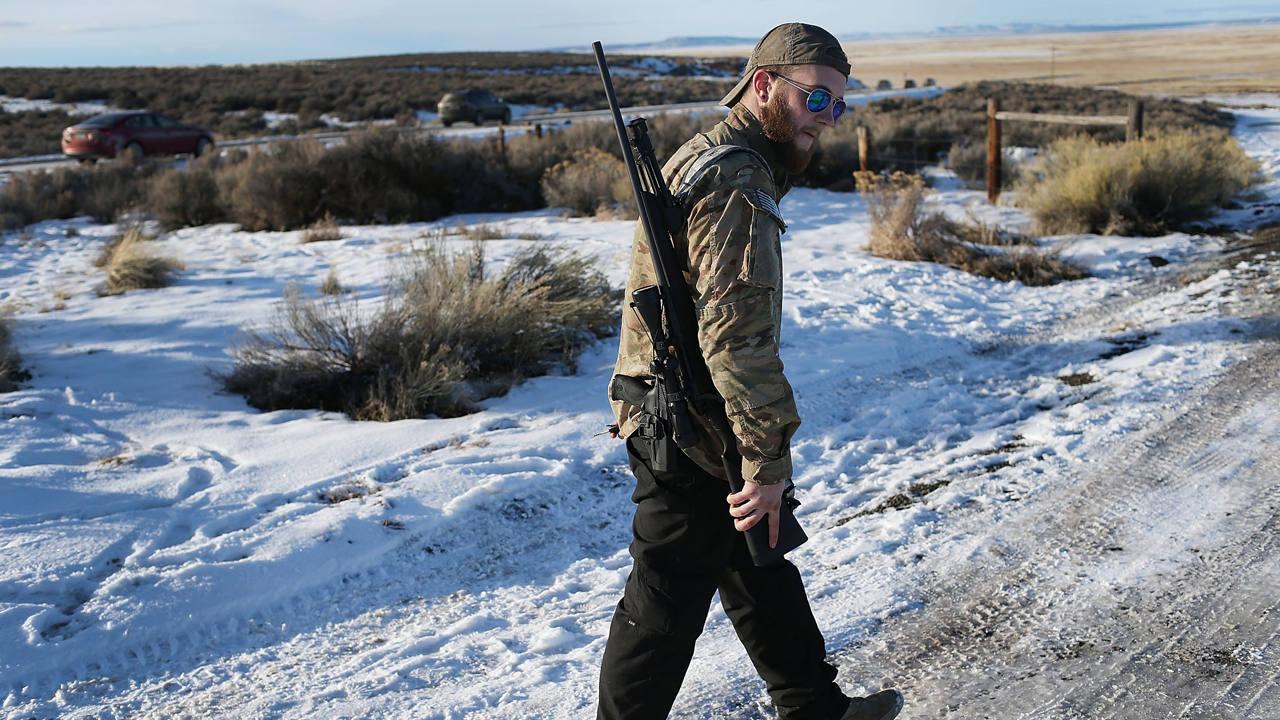 Un miembro de la milicia ocupante camina armado en la reserva de Malheur en Oregón, imagen tomada el 15 de enero