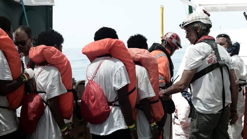 Los migrantes esperan a ser trasladados
