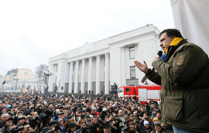 Mijaíl Saakashvili se dirige a los miles de manifestantes que se han congregado en las calles de Kiev