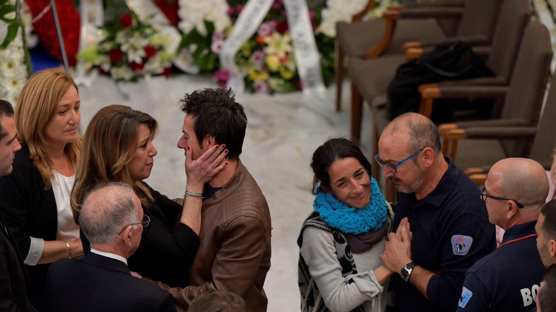 Miles de ciudadanos arropan a la familia de Gabriel en la capilla ardiente