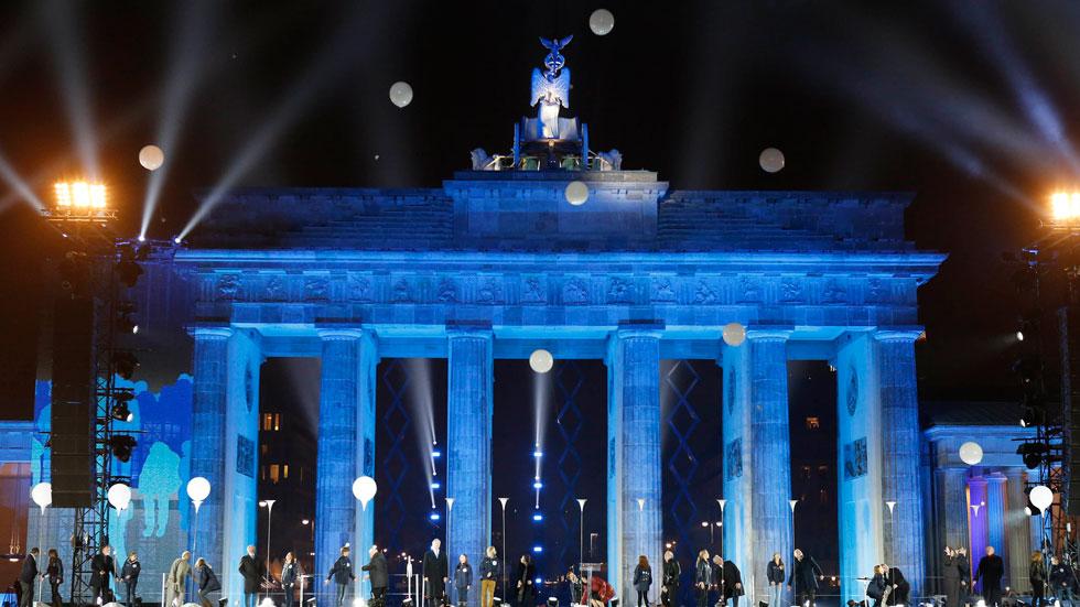 Miles de globos sobrevuelan el cielo de Berlín con motivo del 25 aniversario de la caída del muro