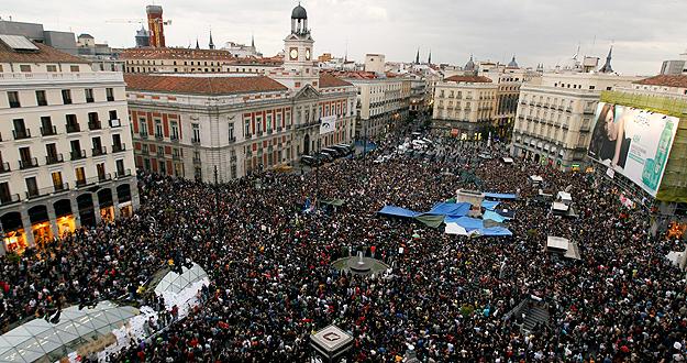 Miles de integrantes del Movimiento 15 de mayo se han concentrado esta tarde en la Puerta del Sol