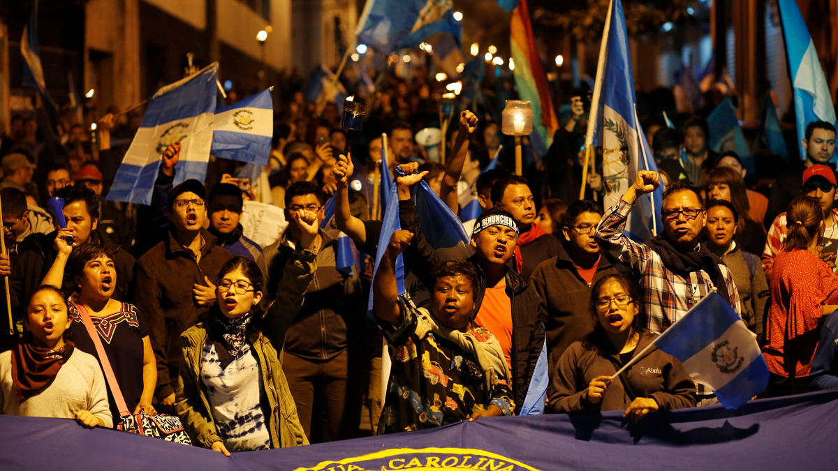 Miles de personas piden la renuncia del presidente de Guatemala