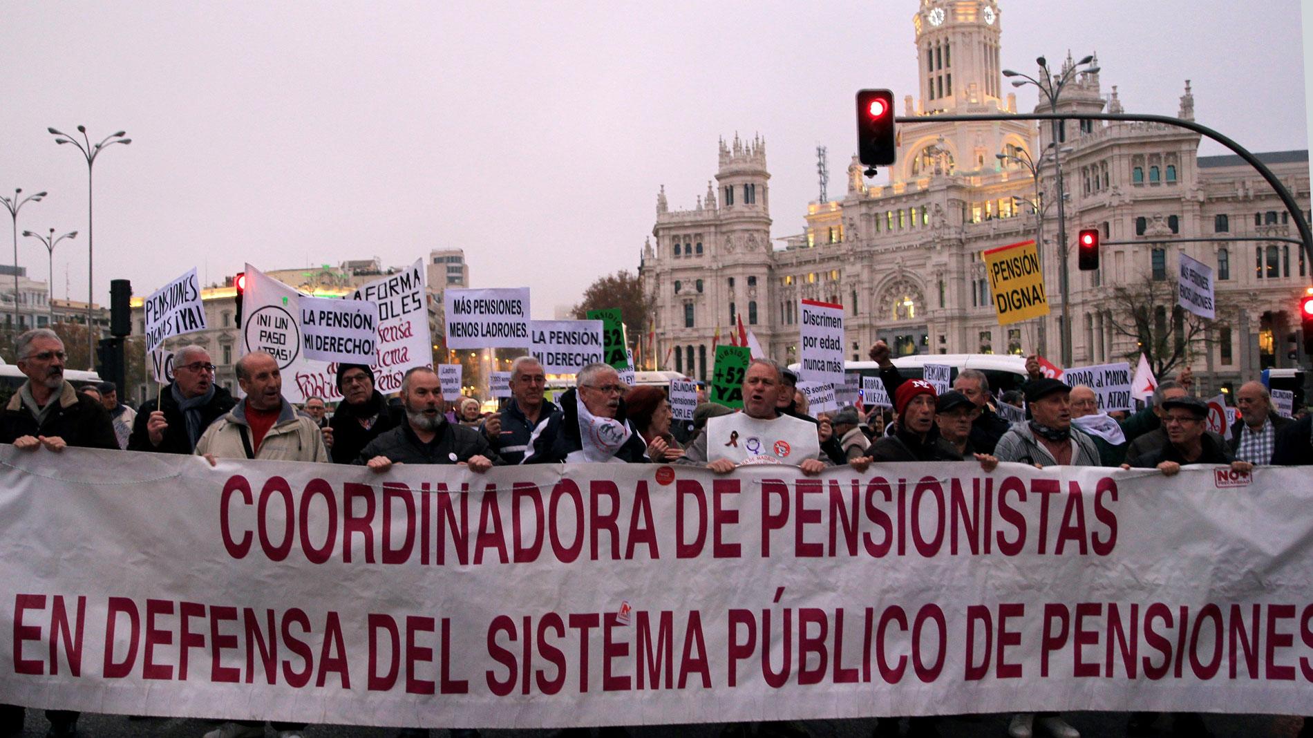 """Miles de personas se manifiestan en toda España para reclamar pensiones """"dignas"""""""