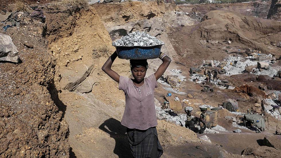 Millones de niños trabajan hasta 15 horas a cambio de un plato de comida