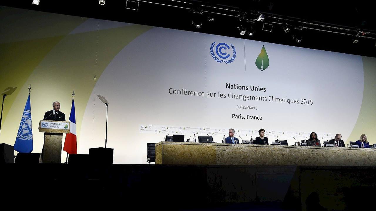 El ministro de Exteriores de Francia y presidente de COP21, Laurent Fabius, durante la inauguración de la Cumbre del Clima en París, el 30 de noviembre de 2015. AFP PHOTO / BERTRAND GUAY