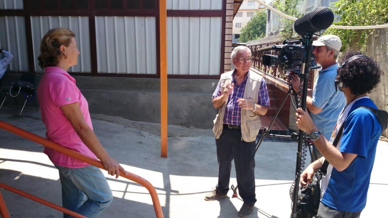 La misionera Isabel Solá, ante la cámara de TVE en Haití