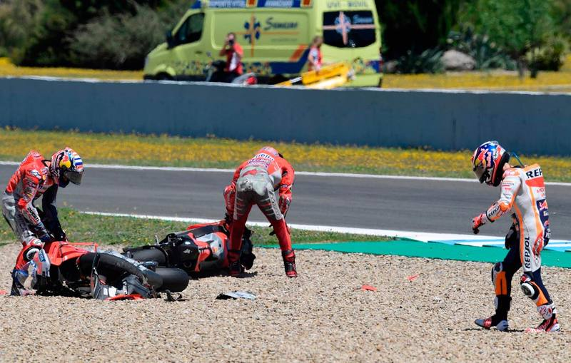Momento después de la caída de Pedrosa, Lorenzo y Dovizioso.