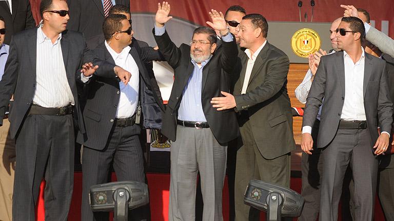Morsi se dirige ante una abarrotada plaza Tahrir