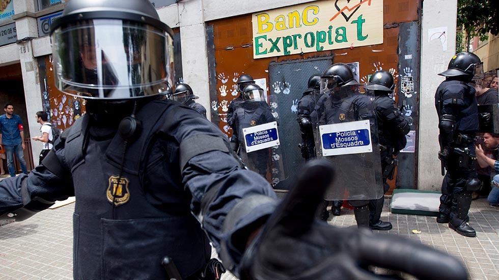 """Los Mossos detienen a cinco okupas que se habían instalado en el """"Banco Expropiado"""""""
