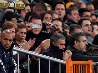 Ver vídeo  'Mourinho dirige desde la grada'