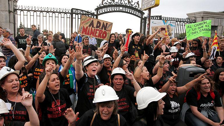 Mujeres de mineros protestan a las puertas del Senado