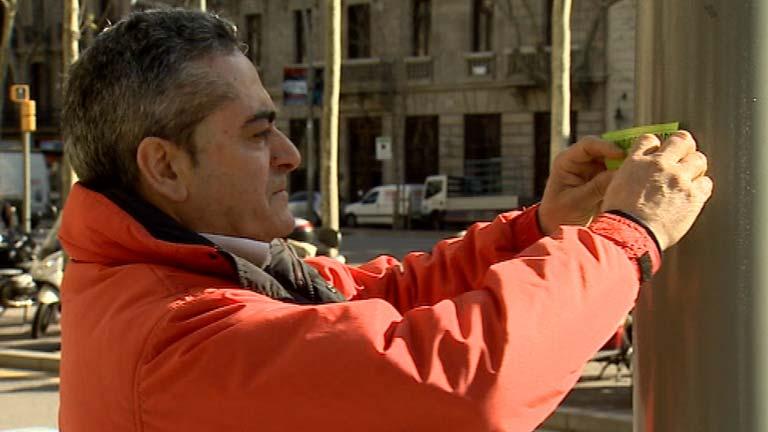 El Ayuntamiento de Barcelona multa a un jubilado por pegar carteles