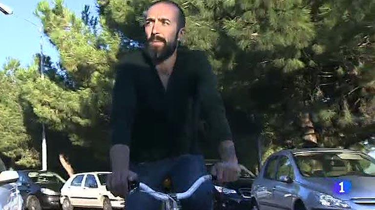 Multado por comer un cruasán mientras montaba en bicicleta