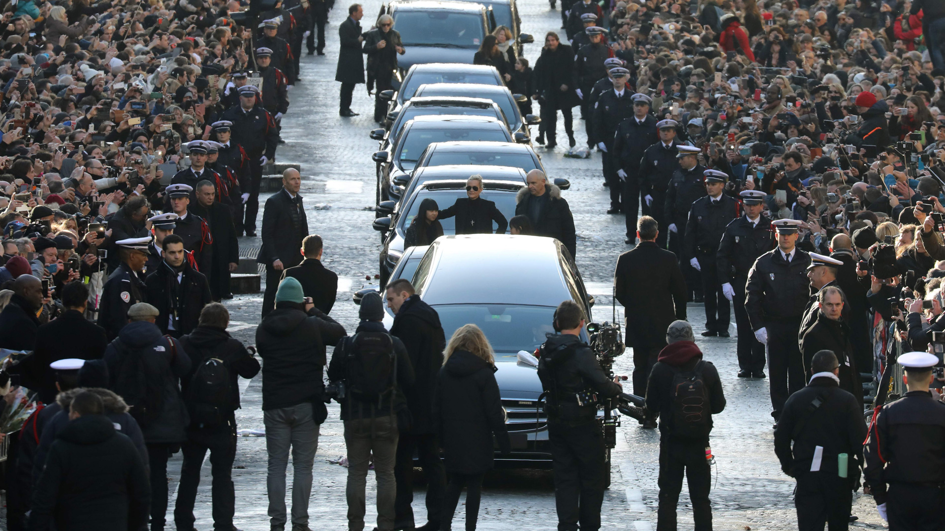 Multitudinaria despedida a Johnny Hallyday en París