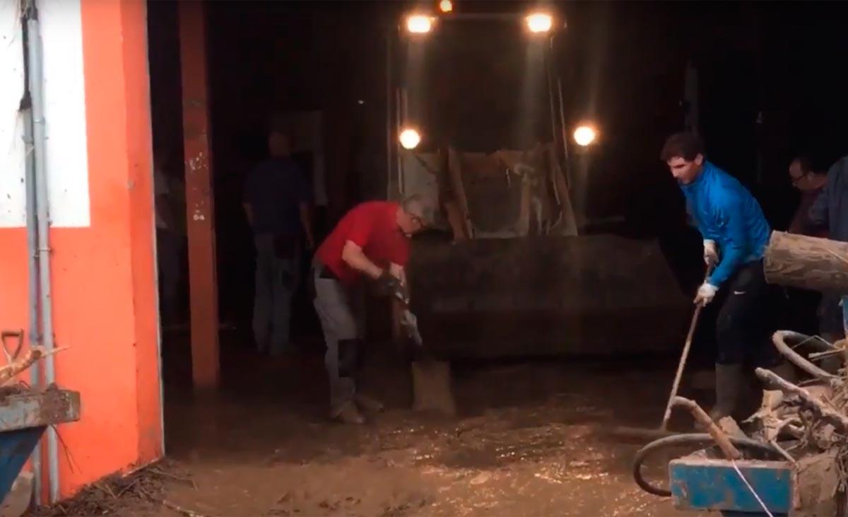 Nadal ayuda en las labores de limpieza tras las inundaciones en Mallorca