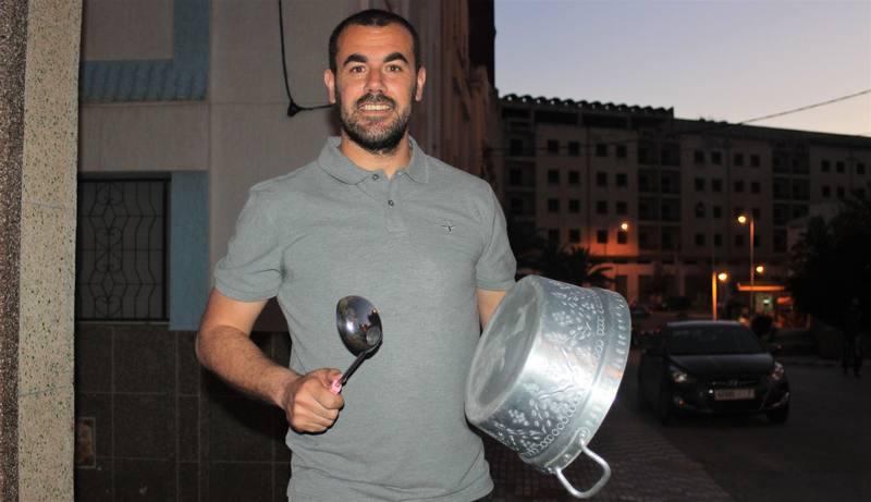 Nasser Zefzafi se suma a una cacerolada antes de ser detenido.