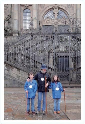 La infanta Elena ha elegido una foto con sus dos hijos en Santiago de Compostela para felicitar la Navidad
