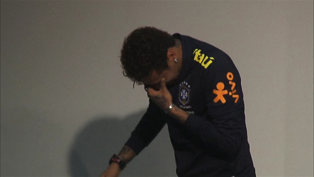 Neymar rompe a llorar ante la prensa