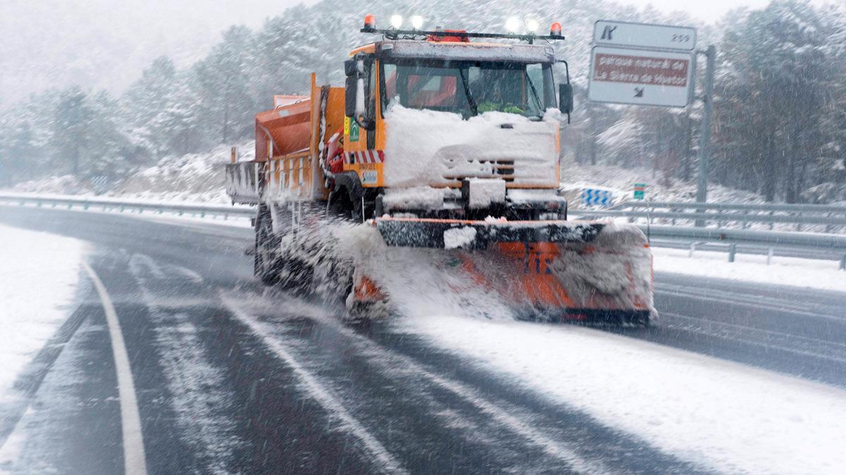 La nieve complica el tráfico en las carreteras españolas
