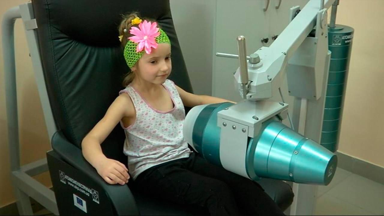 Una niña pasa un control médico en Chernóbil