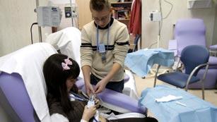 Niños que padecen inmunodeficiencia aprenden a medicarse y enseñan a otros niños