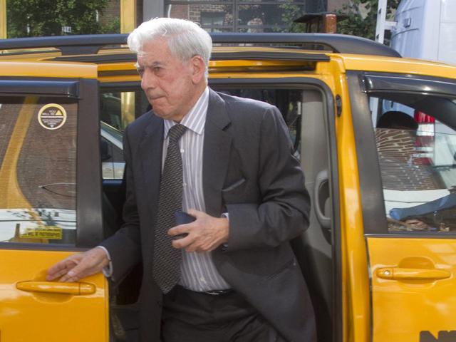 Vargas Llosa: 'El Nobel ha sido una sorpresa, pero desde entonces no sé quién soy ni dónde estoy'