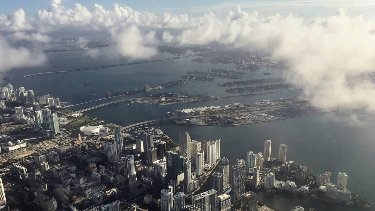 Nubes de tormenta empiezan a formarse en el cielo de Miami pocas horas antes de que llegue el huracán Matthew