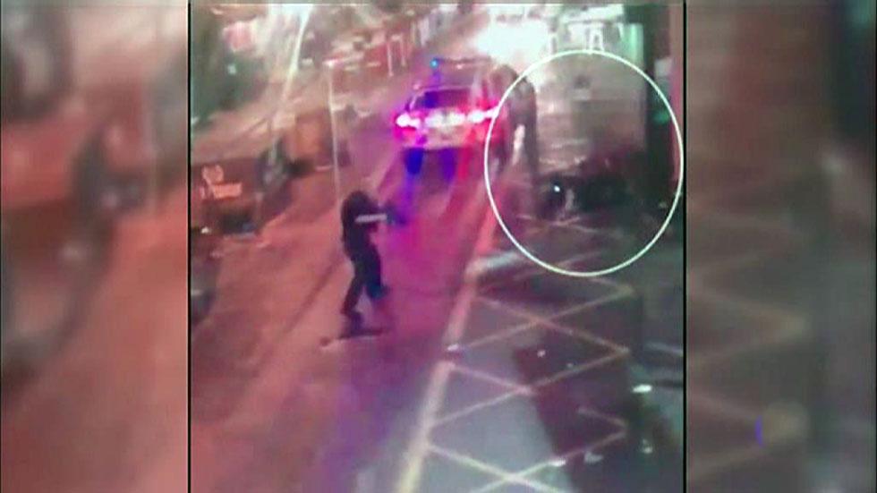 Nuevas imagenes muestran cómo la policía abatió a los tres terroristas cuando estos acuchillaban a una persona