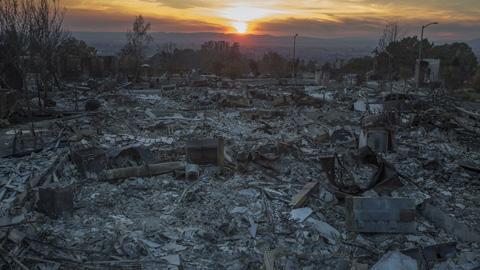 El número de desplazados por los incendios de California asciende a 100.000