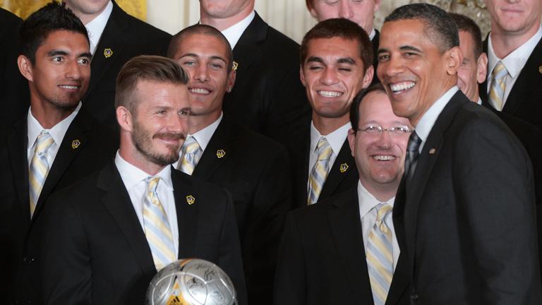 """Obama bromea con Beckham y le llama """"joven estrella en ascenso"""""""