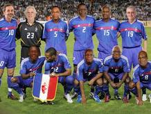 """Los obispos de Sudáfrica posan con Henry y """"defienden""""  los colores de Francia."""
