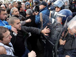 Ver vídeo 'La ola de cambio que ha tumbado a Mubarak en Egipto, también llega a Argelia'