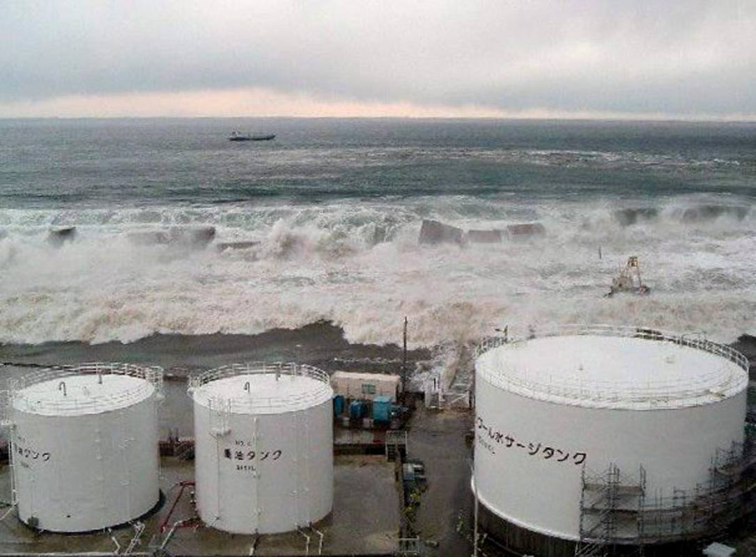 Olas del tsunami inundando edificios de la central de Fukushima una hora después del terremoto.