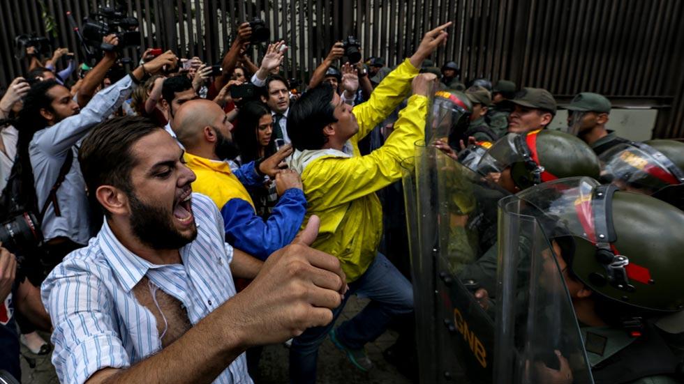 """La oposición denuncia un """"golpe de Estado"""" en Venezuela"""