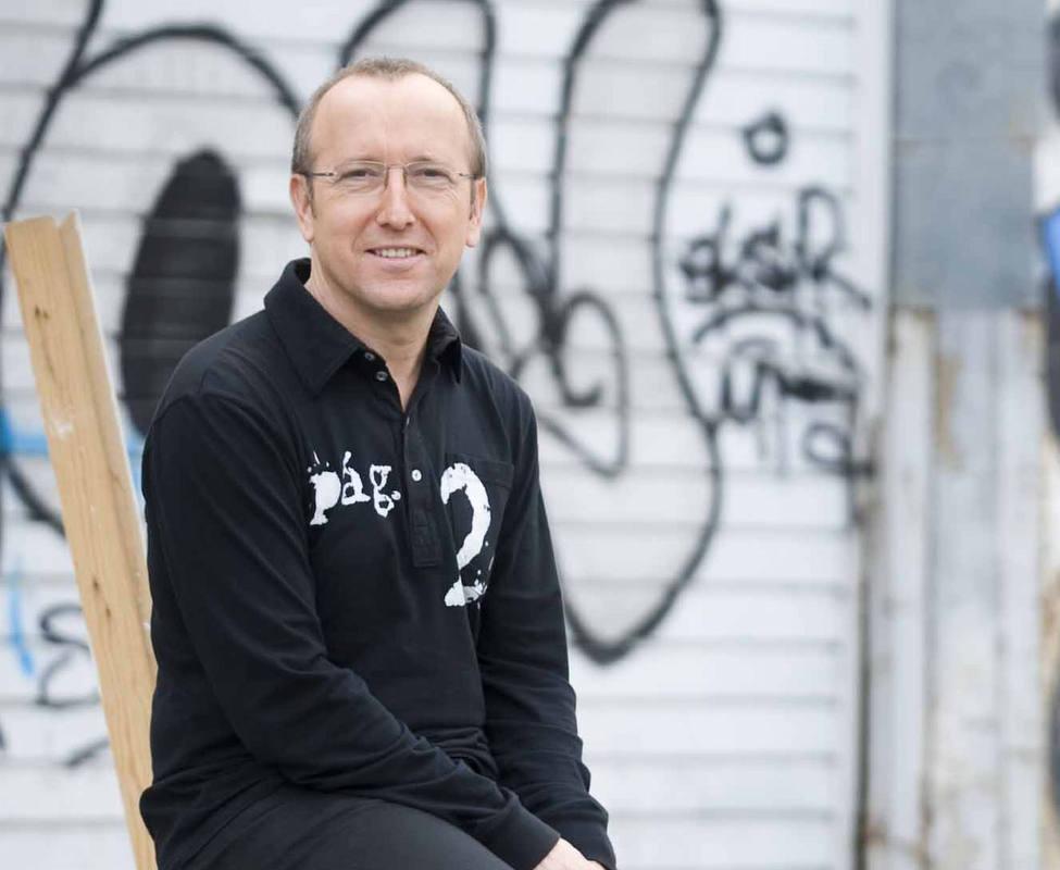Óscar López viaja a Hondarribia para entrevistar al escritor vasco Fernando Aranburu