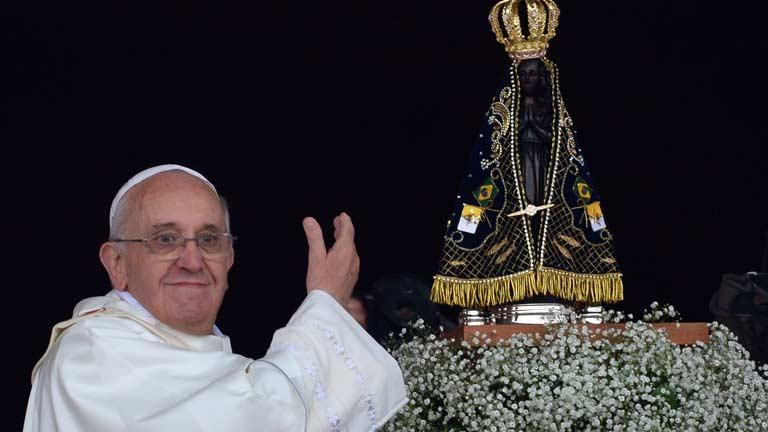 Una multitud recibe al papa bajo la lluvia en el Santuario de Aparecida de Brasil