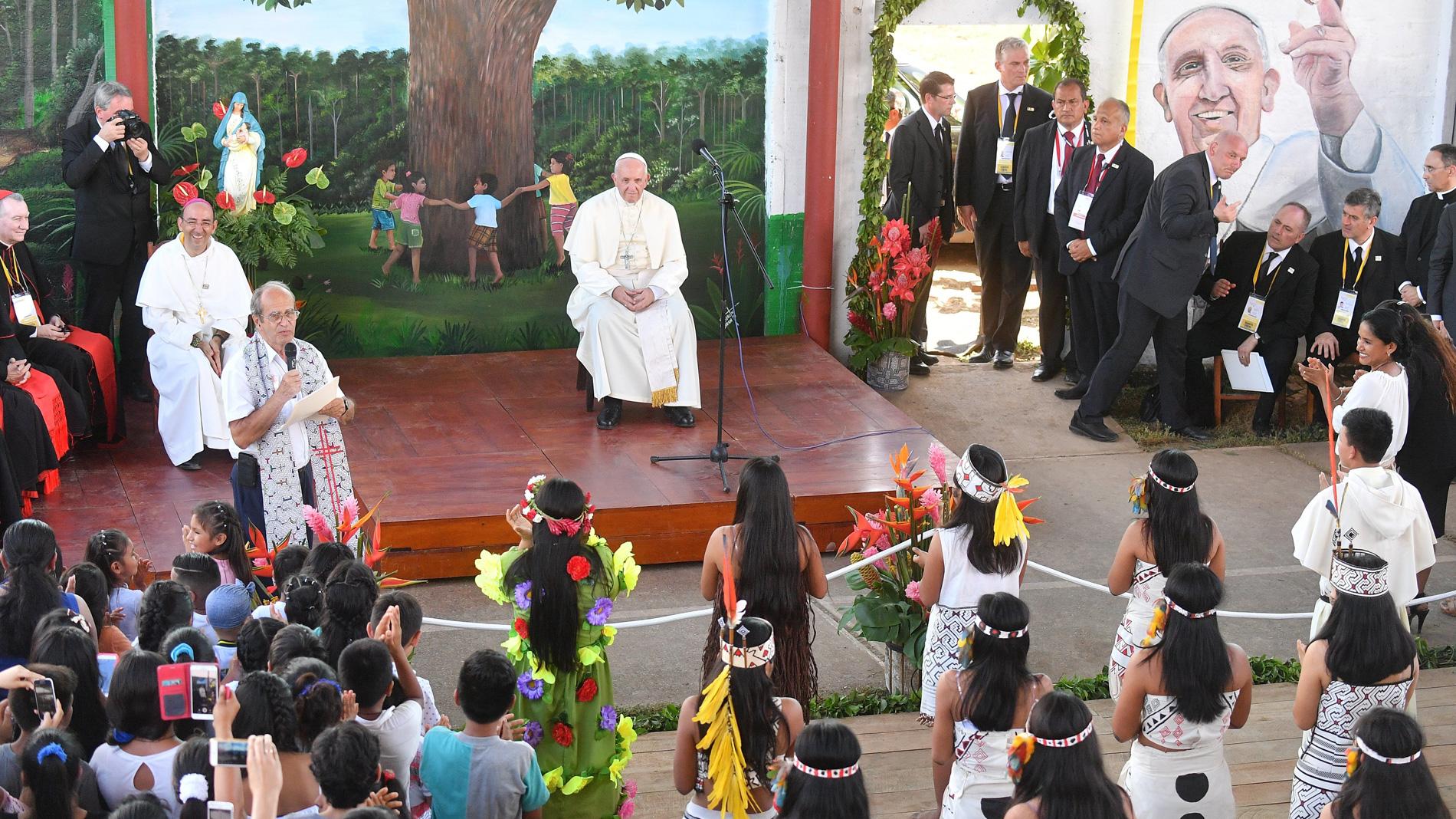 """El papa denuncia en Perú """"la opresión"""" de los indígenas de la Amazonía"""