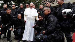 El papa llama a luchar contra la corrupción desde las favelas de Río de Janeiro