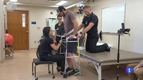 Un parapléjico consigue volver a caminar gracias  a la estimulación eléctrica en su médula espinal