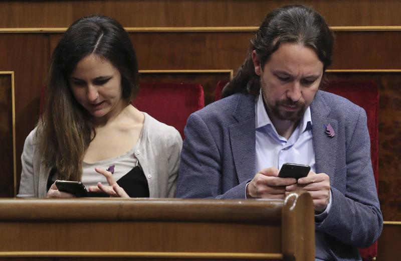 """Los parlamentarios de Unidos Podemos con un pin """"republicano y feminista"""""""