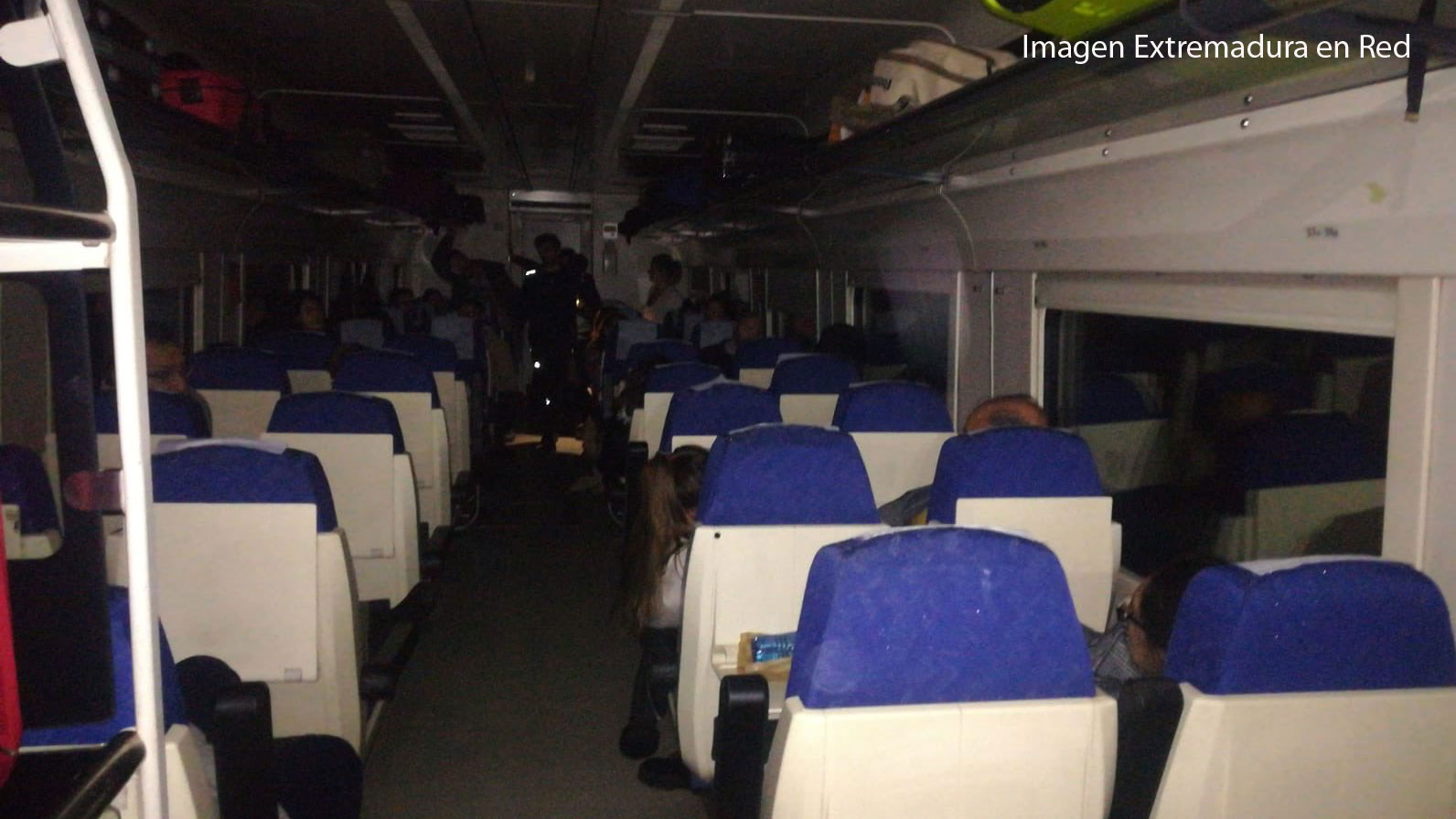 Los pasajeros de un tren Badajoz-Madrid se quedan tirados durante horas en el campo de madrugada y sin luz