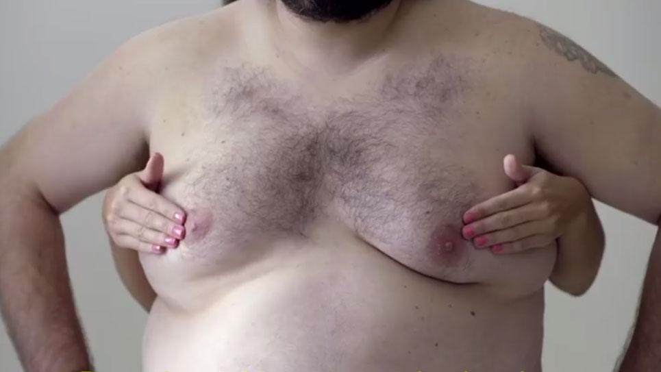 Pechos de hombre para burlar la censura y enseñar cómo hacerse una autoexploración para el cáncer de mama