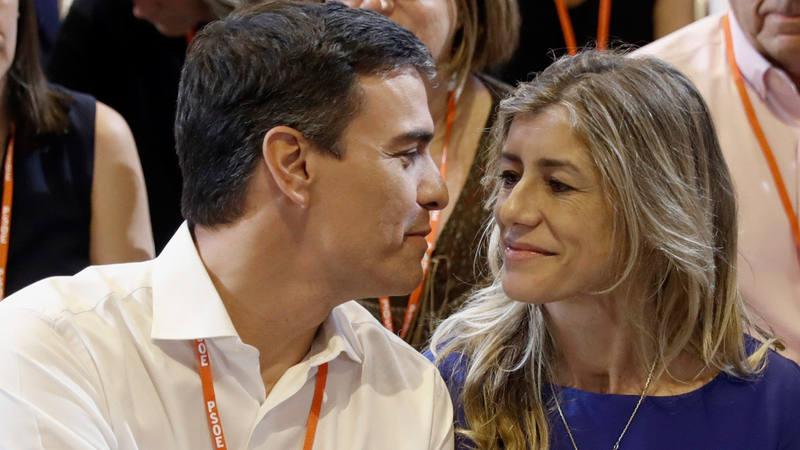 Pedro Sánchez, junto a su mujer, Begoña Gómez durante el acto de clausura del 39º Congreso Federal del PSOE