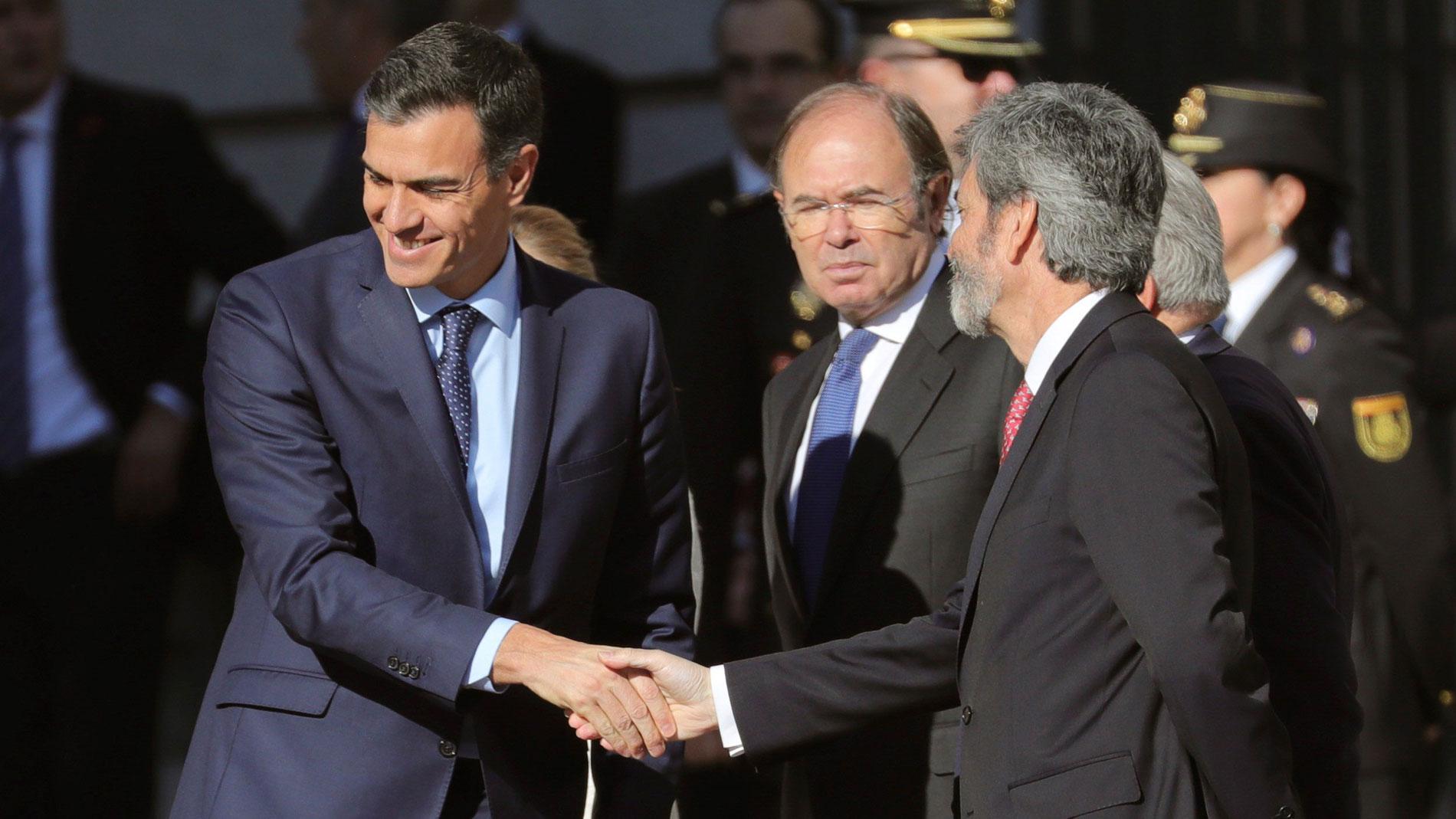 Pedro Sánchez, recibido con abucheos a su llegada al Congreso para el acto de los 40 años de la Constitución