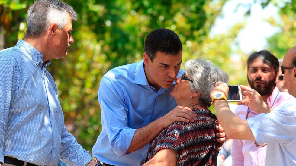 Pedro Sánchez se presenta, puerta a puerta, como la opción al cambio